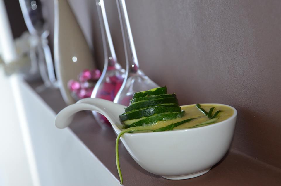 Zupa krem z cukinii z dodatkiem serków topionych oraz białego wina
