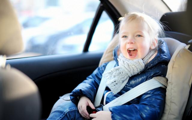 Zanim zapniesz dziecko w foteliku samochodowy ZAWSZE zdejmij z niego kurtkę.  Ten film pokaże Ci, co może się stać, gdy tego nie zrobisz