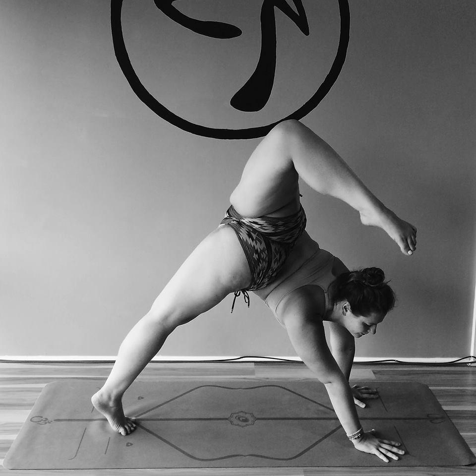 Mimo nadwagi jest instruktorka jogi i zacheca innych do aktywnosci fizycznej. Ta kobieta inspiruje1