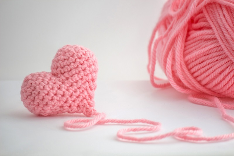 Robienie na drutach działa niczym joga i medytacja: Wracamy do szydełkowania