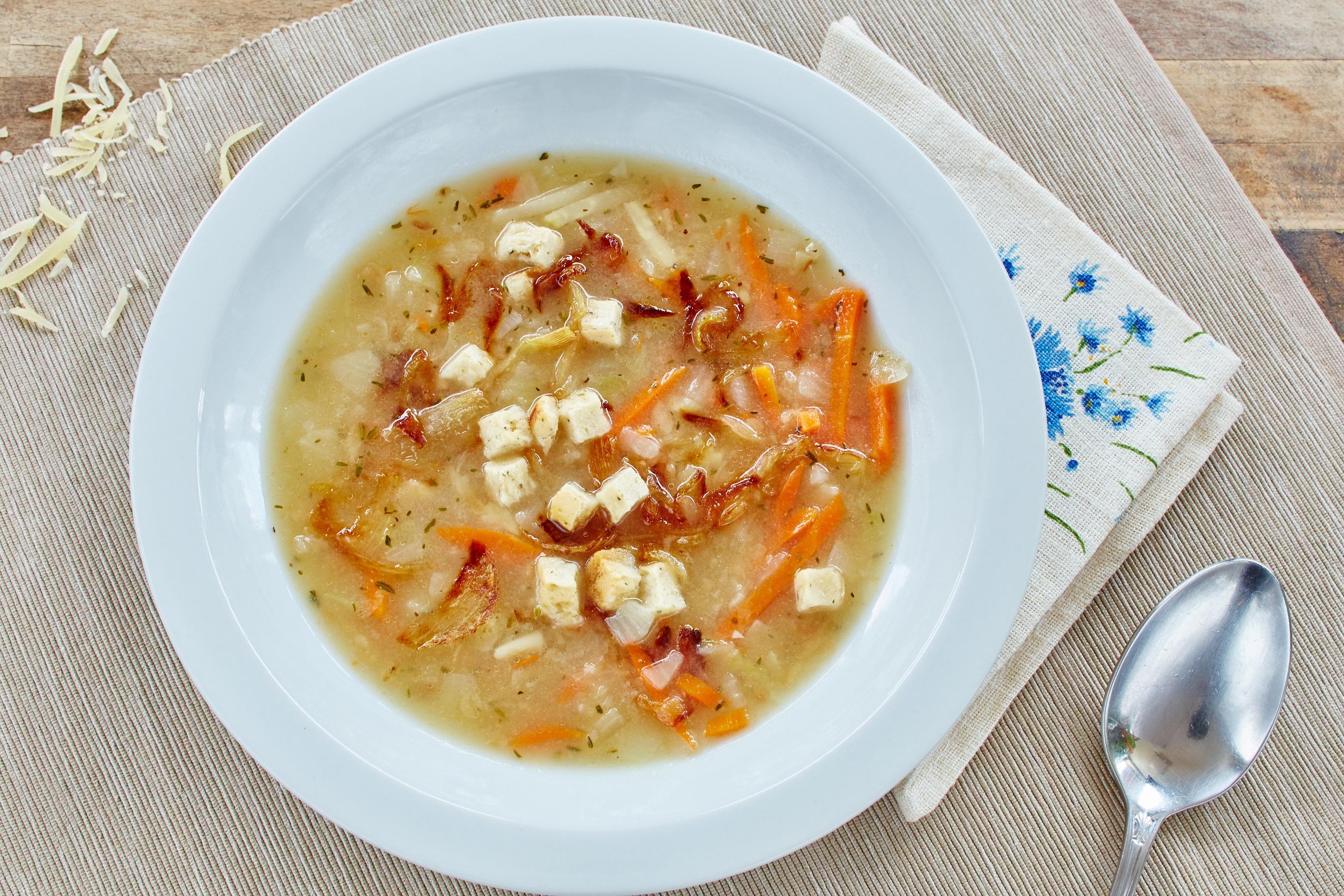 Zimowa rozgrzewka!  Przepis na zupę cebulową z białym winem, grzankami i serem