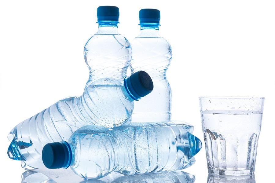 Badacze biją na alarm. Woda w butelkach może powodować zaburzenia hormonalne i astmę!