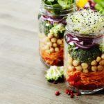 Pomysł na obiad do pracy: sałatka w słoiku. Proste i sprawdzone przepisy, które pokochasz
