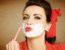 Pinup Girl rasiert sich das Gesicht