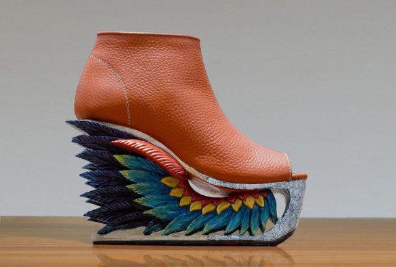 Te buty to prawdziwe dzieło sztuki. Do ich produkcji  wykorzystuje się antyczną technikę rzeźbienia w drewnie