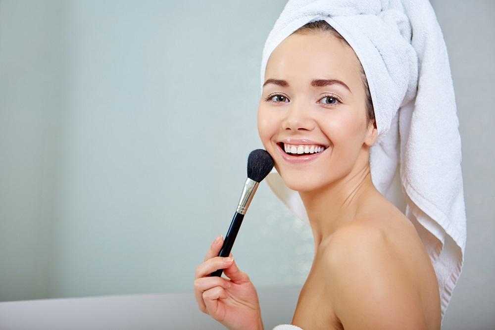 Lifting twarzy za pomocą makijażu: wyglądaj młodziej bez użycia skalpela
