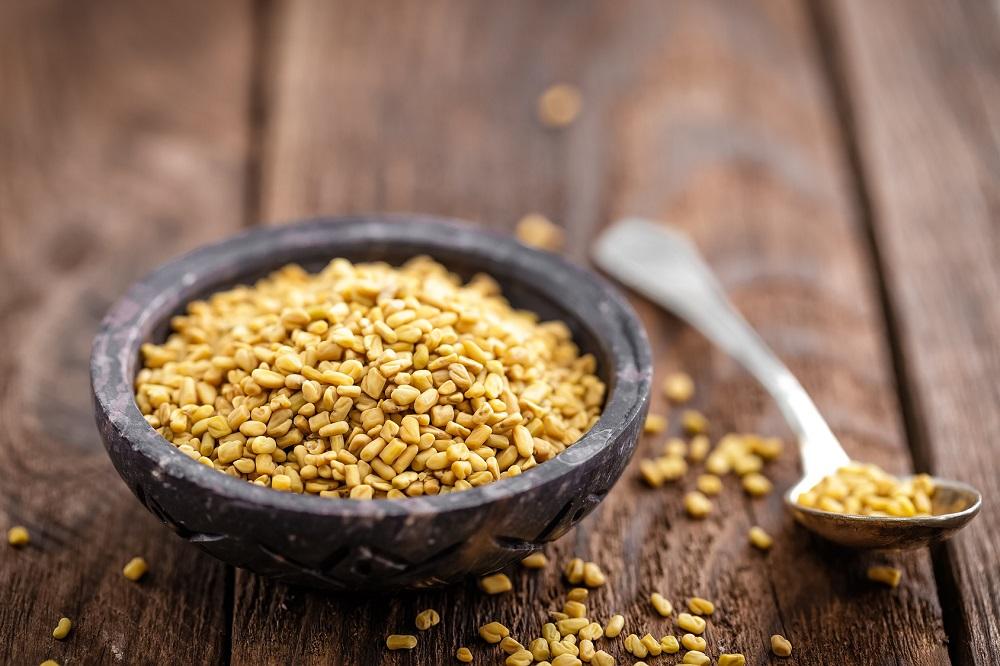 Nasiona kozieradki jako naturalna metoda na zwężenie porów i pogrubienie włosów (pasta i spray)