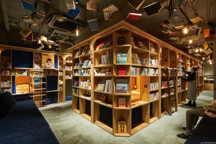 Hotel niczym księgarnia: Klienci tego miejsca śpią pomiędzy regałami, na których znajduje się 5000 książek