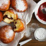 Dziś Tłusty Czwartek: Poznaj 10 ciekawostek o pączkach. Od kalorii po szczęście na cały rok