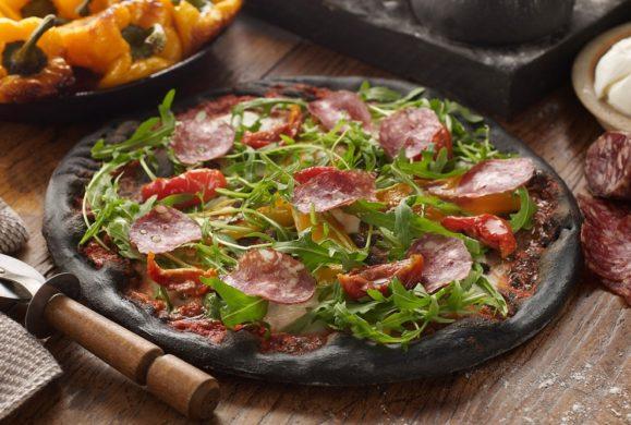 Czarna pizza najnowszym hitem Instagrama