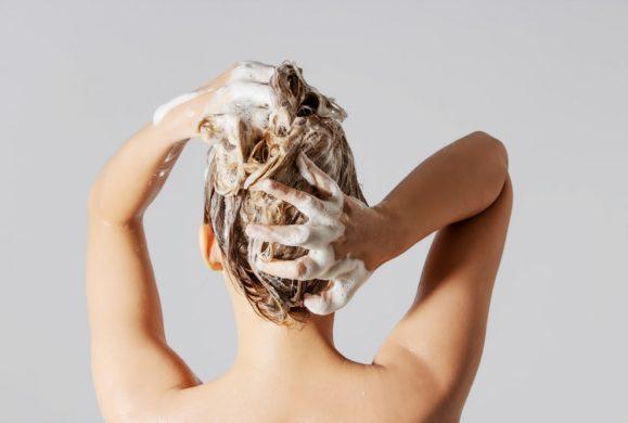 Codzienne mycie włosów wyrządza więcej szkody niż pożytku?