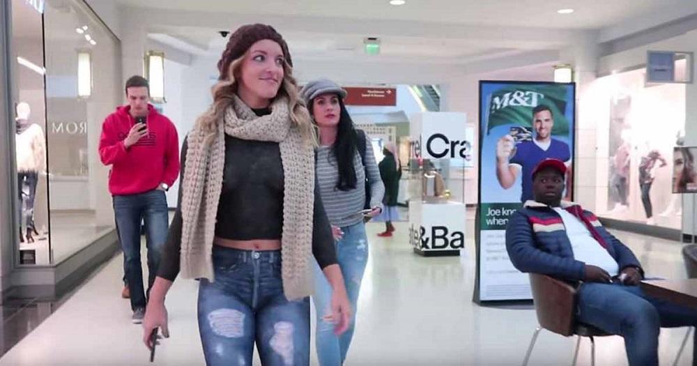Namalowane spodnie i bluzka – naga modelka w centrum handlowym